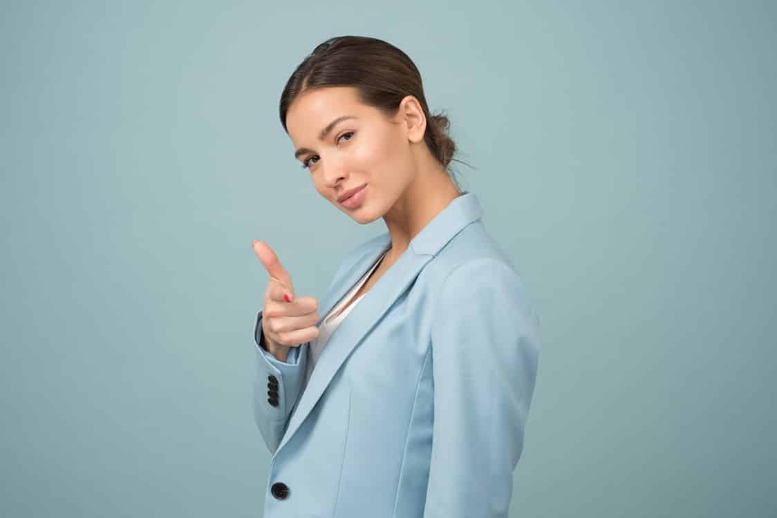 בחורה צעירה שמצביעה על המסך עם האצבע בצורה מגניבה