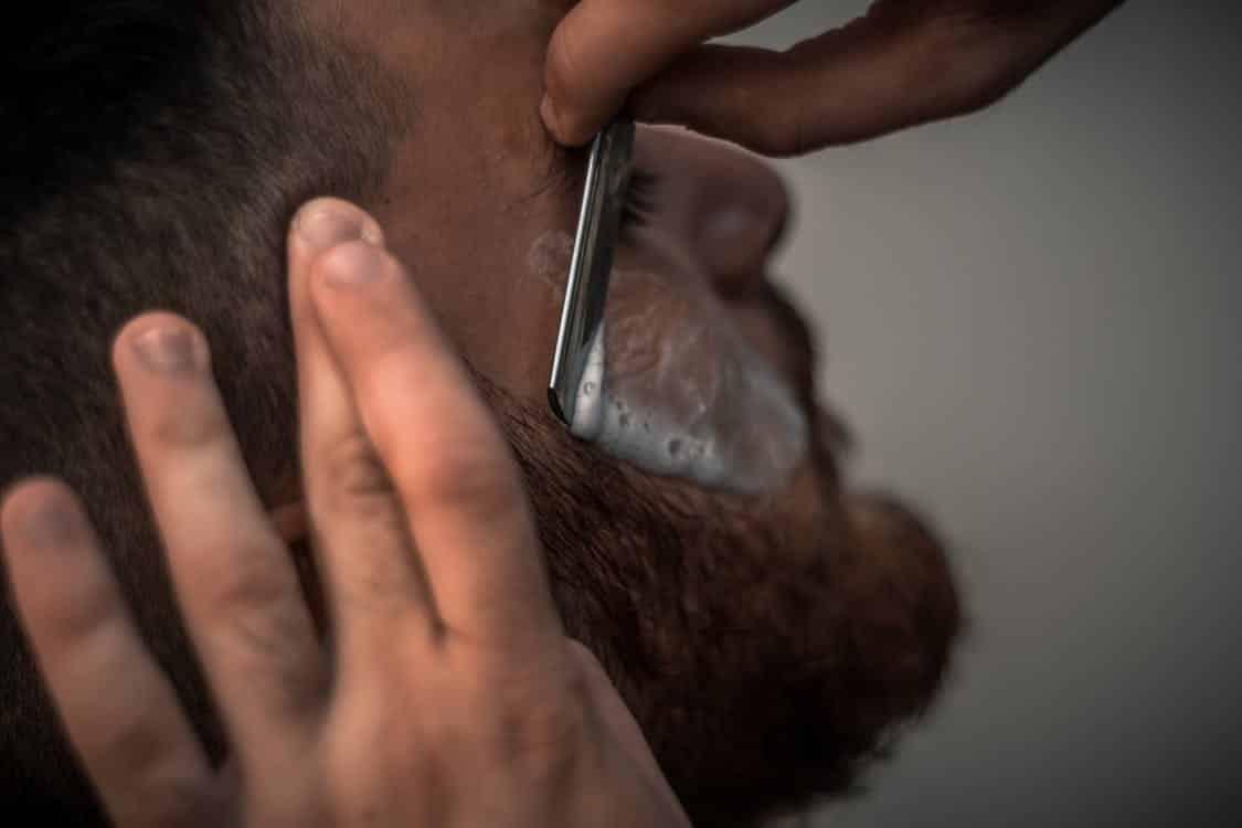 הדגמה לתנועה נכונה של גילוח עם תער