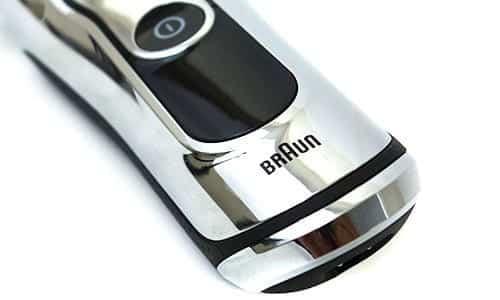 מסך התצוגה והלוגו של חברת בראון על מכונת גילוח