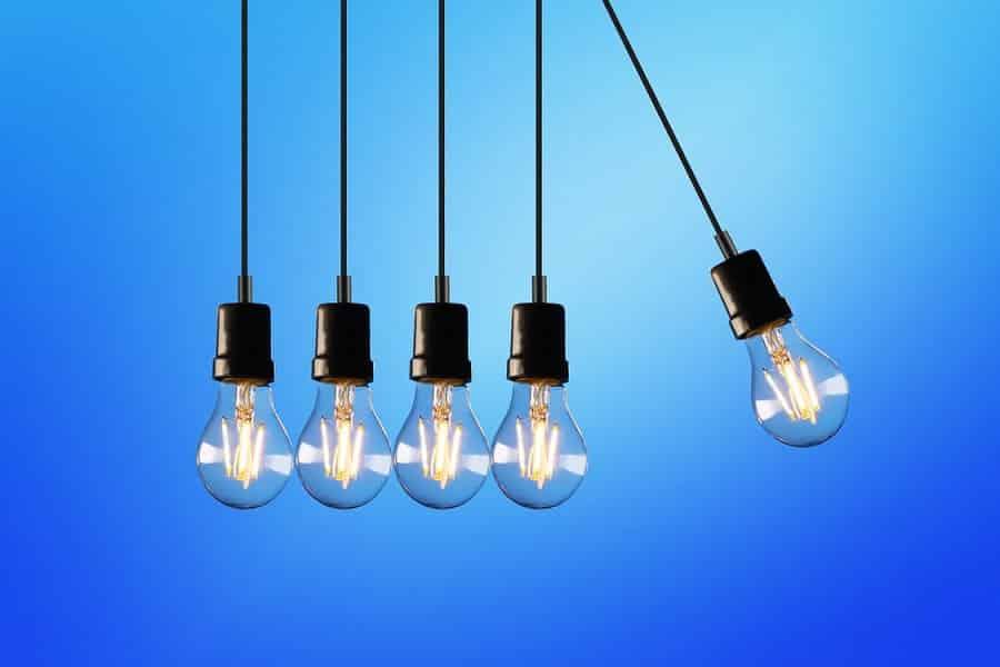 נורות חשמליות צמודות אחת לשנייה על רקע כחול בהיר