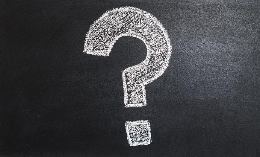 סימן שאלה מצוייר בגיר לבן על לוח שחור