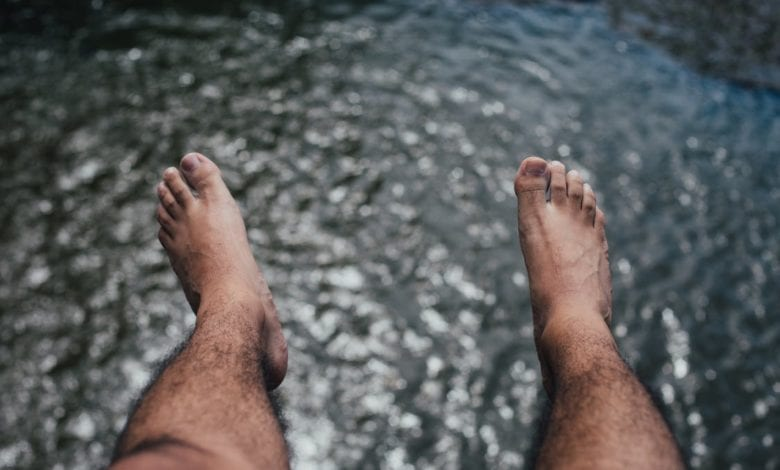 שעווה לגברים על רגליים שעירות של גבר