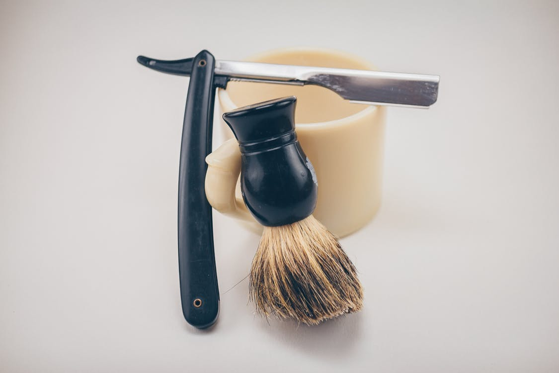 תער עם מברשת גילוח וכוס לקצף