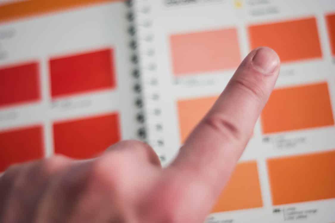 אצבע שבוחרת בין צבעים שונים