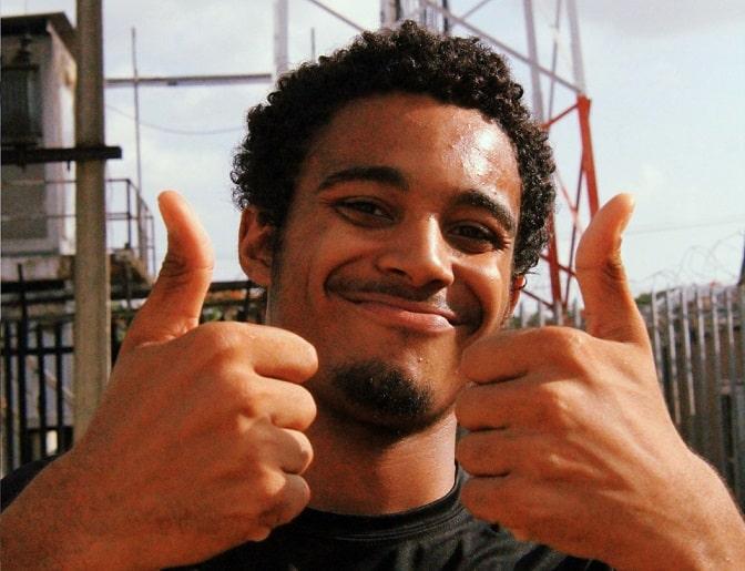 גבר ברזילאי צעיר עושה תנוה של הכל מעולה עם האצבעות