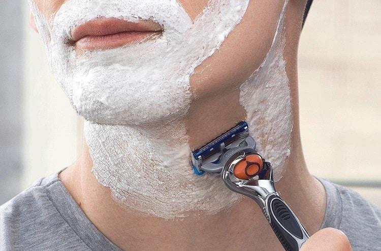 גבר מתגלח עם ג'ילט פיוז'ן פרוגלייד