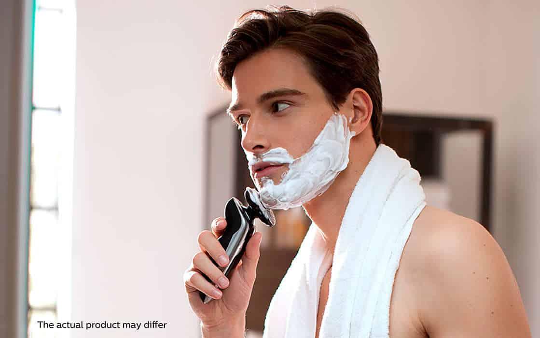 גבר עושה גילוח רטוב עם פיליפס 9300