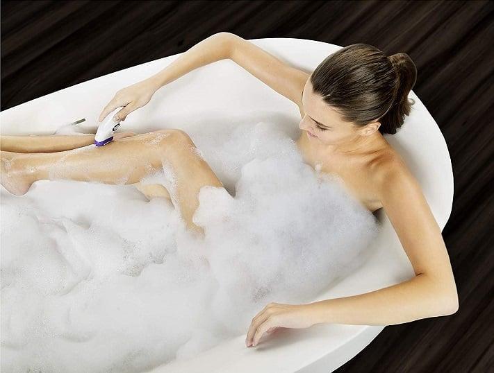 דוגמנית משתמשת בבראון סילק אפיל 9 במקלחת