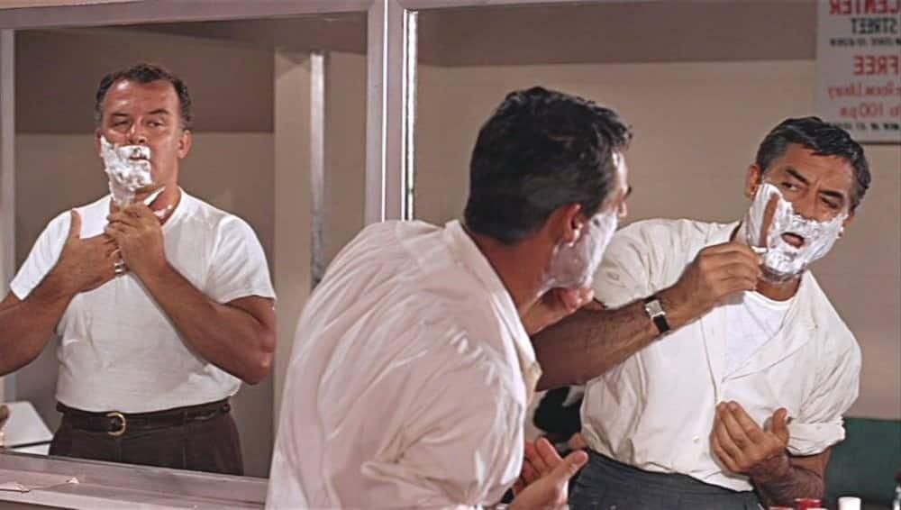 שני גברים עומדים מול המראה ומתגלחים