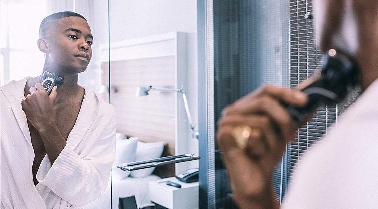 גבר מתגלח עם פנסוניק ארק 5
