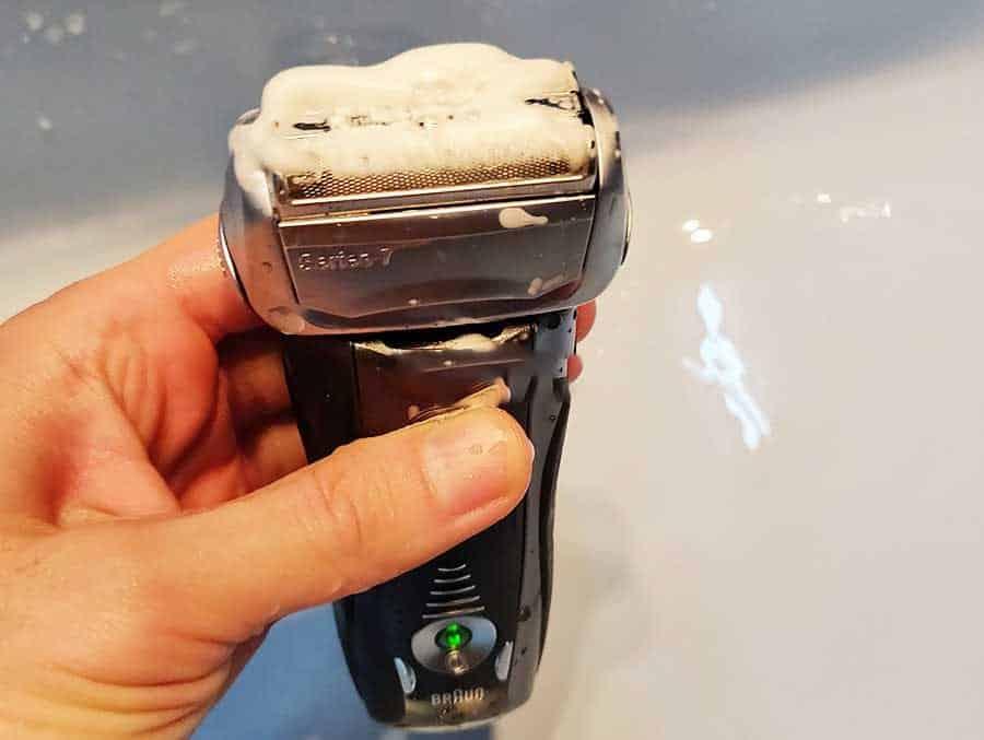 מכונת הגילוח מופעלת בזמן שיש עליה סבון