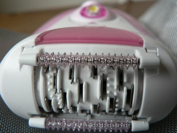 תצלום מקרום של פינצטות על מכשיר להסרת שיער