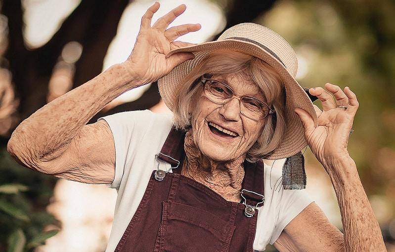 אישה זקנה עם הרבה מאוד קמטים בכל הגוף