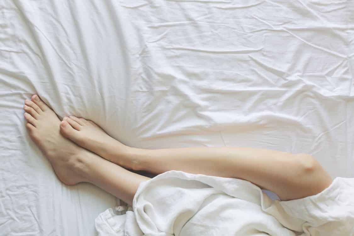 רגליים חלקות אחרי הסרת שיער באמצעות גילוח