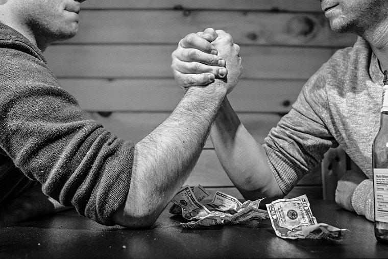 שני גברים עושים הורדות ידיים אילוסטרציה של השוואה