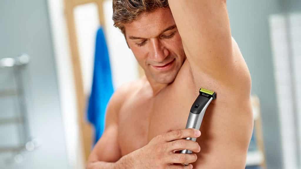 גבר מגלח את בית השחי עם Philips OneBlade Face+Body